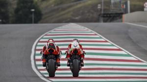 Panigale-V4R-Red-MY19-Ambience-08-Gallery-1920x1080