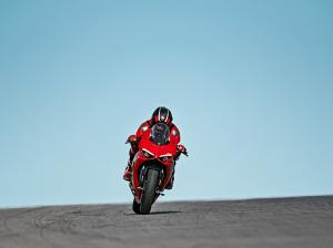 Panigale-V2-MY20-Ambience-04-Gallery-906x510