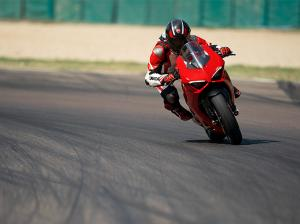 Panigale-V2-MY20-Ambience-01-Gallery-906x510